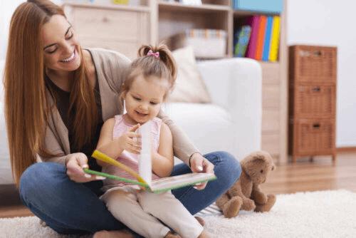 mère et fille regardent un livre