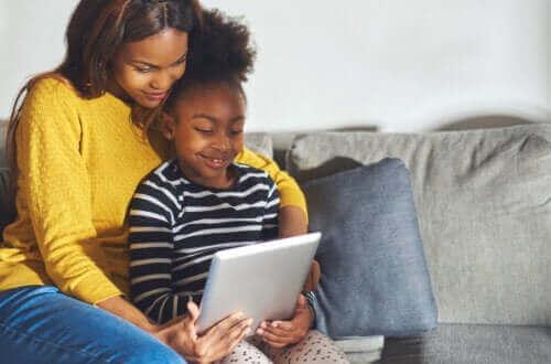 mère et fille apprenant sur une tablette