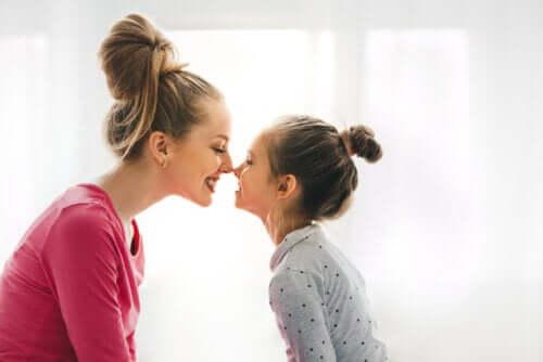 Une mère et sa fille se faisant des bisous d´esquimaux sur le nez