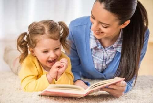 Mère et fille lisant un conte ou un livre