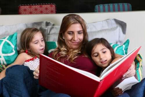 Mère et fille en train de lire un conte ou livre ensemble