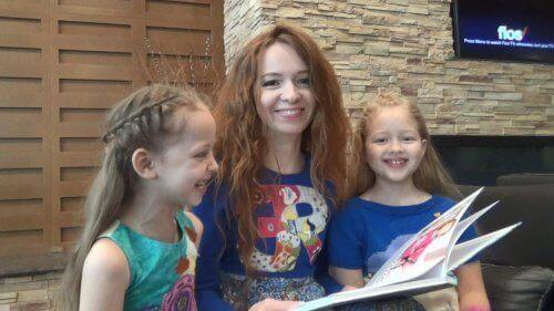 mère et ses filles lisant un livre