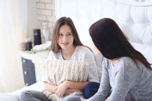 mère et fille adolescente discutant