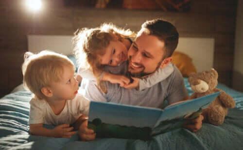 papa qui lit un conte avec ses enfants dans le lit avant de dormir