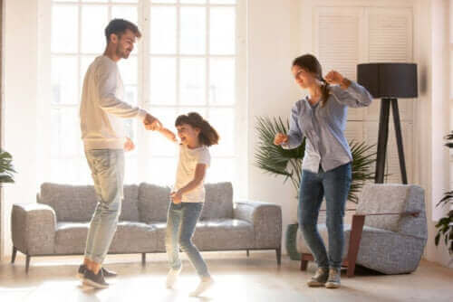 parents dansant avec leur fille