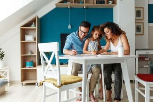 Des parents créant un espace d'apprentissage pour leur fille