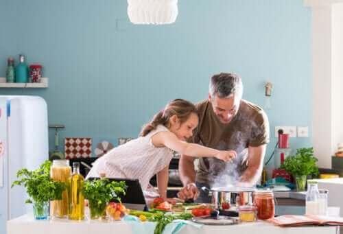 père et fille cuisinant pendant le confinement