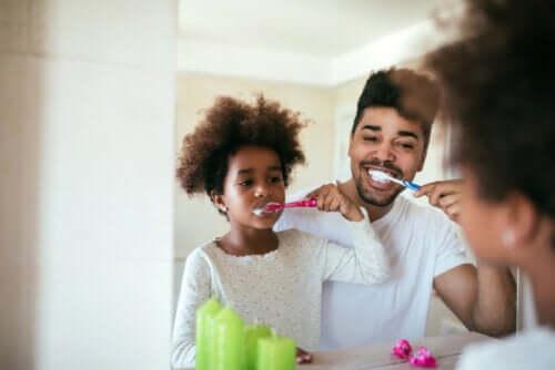 père et fille se brossant les dents