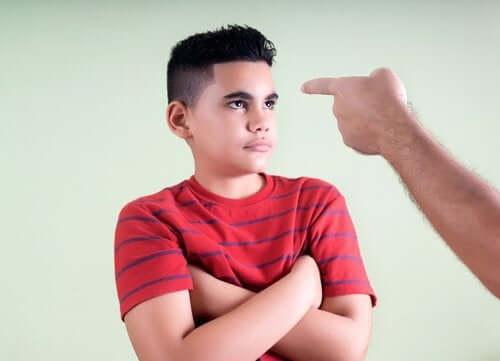 Un père pointant du doigt son fils