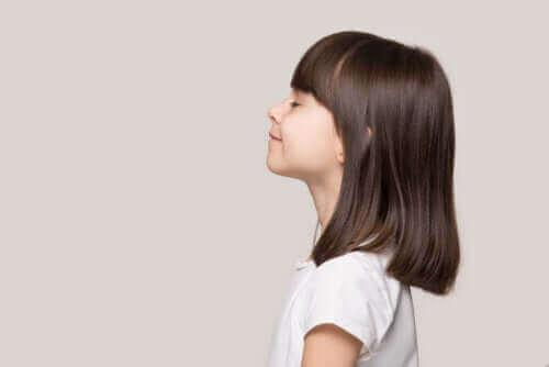 petite fille avec les yeux fermés, en pleine sérénité et tranquilité
