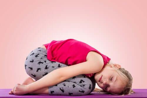 Une petite fille qui fait du yoga