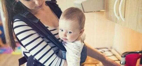 Un bébé dans un porte-bébé.