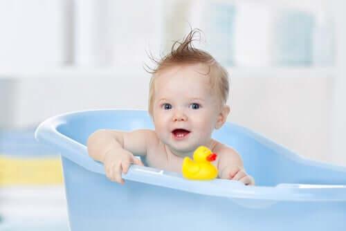Un enfant dans sa baignoire.