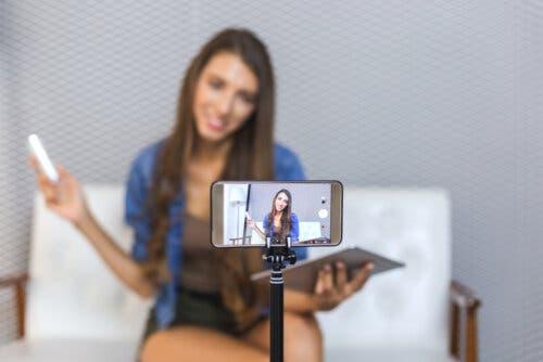 Une adolescente qui enregistre une vidéo sur youtube