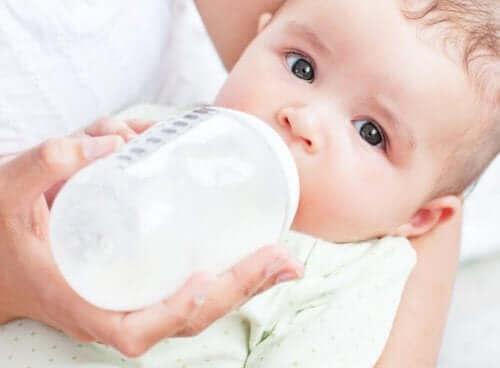 bébé prenant le biberon