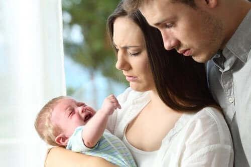 Un bébé qui pleure et ses parents angoissés