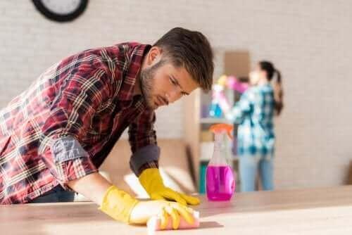 Un couple faisant le ménage