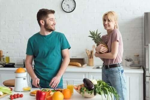 Un couple qui prépare un jus de fruits bon pour la santé.