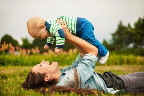 Un enfant et sa maman.