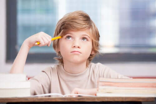 Un enfant pensif étudiant