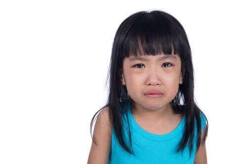 Une petite fille pleurant