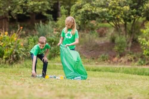 enfants ramassant des déchets dehors