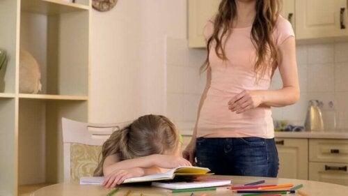 enfant surprotégé qui souffre de stress quand sa mère lui parle