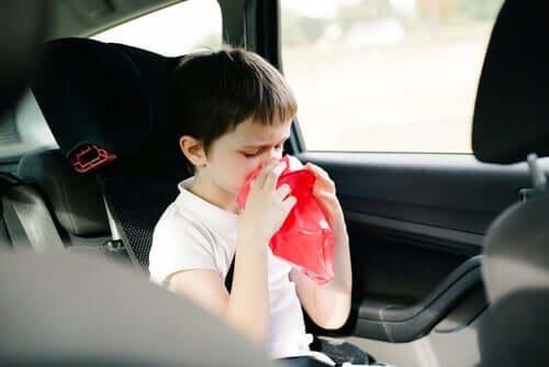 Un enfant ayant envie de vomir en voiture