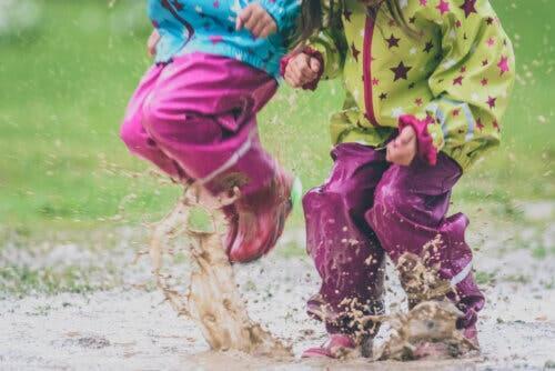 Des enfants jouant dans la boue.