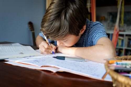 Un enfant faisant ses devoirs