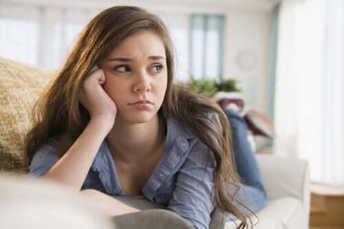 fille adolescente sur le canapé