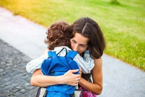 mère qui fait un câlin a son enfant surprotection