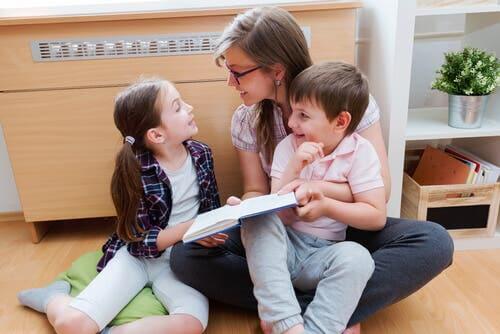 Une mère lisant avec ses deux enfants