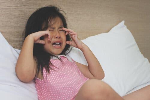Une petite fille qui pleure.
