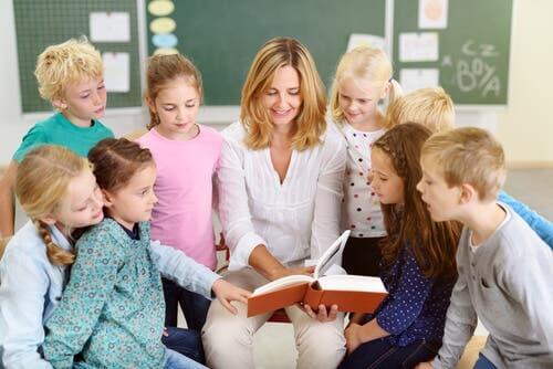 Un professeur lisant une histoire