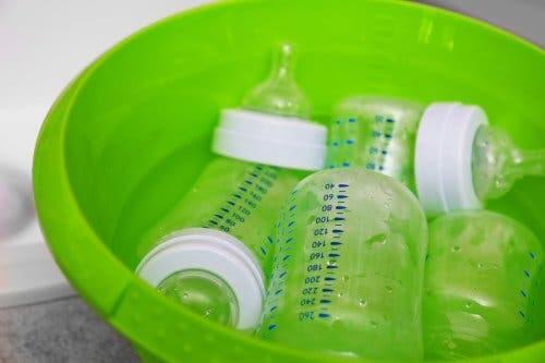 Comment stériliser des biberons correctement ?