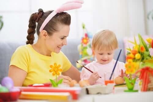 mère et fille faisant des travaux manuels déguisée