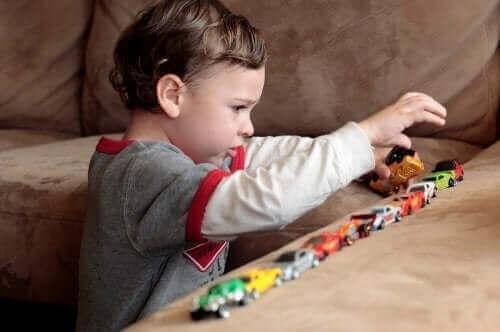 Enfant autiste jouant