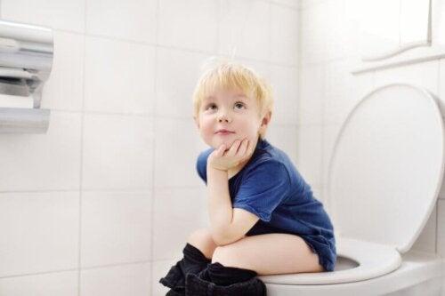 Un enfant sur les toilettes.