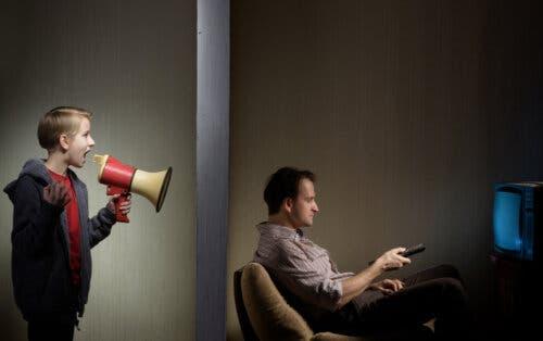 Un adolescent utilisant un mégaphone pour parler à son père