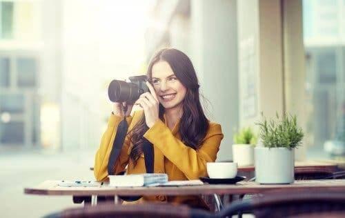 Une femme prenant des photographies.