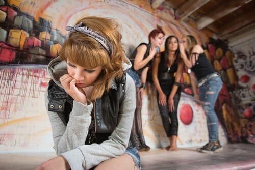 Une adolescente isolée