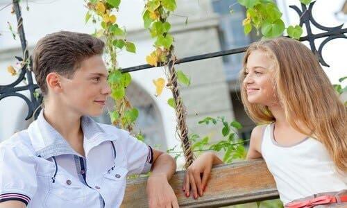 Deux adolescents discutant.