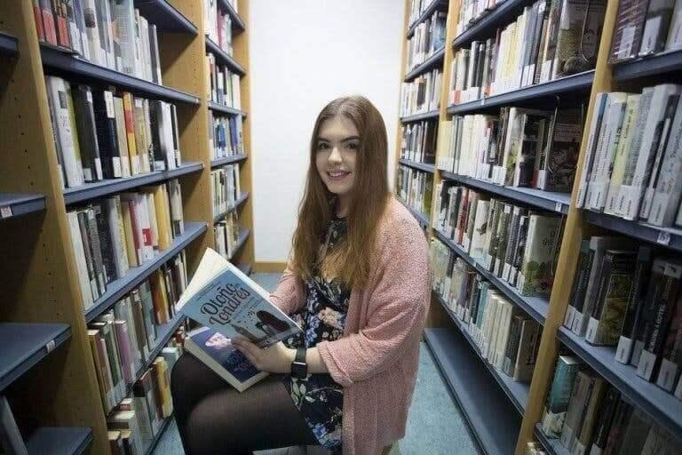 Andrea Izquierdo dans une bibliothèque.