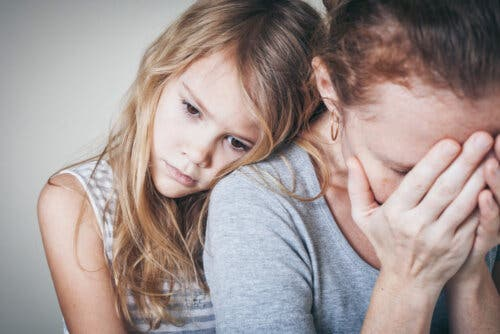 Une mère anxieuse soutenue par sa fille