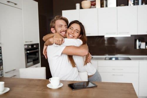 couple heureux se prenant dans les bras