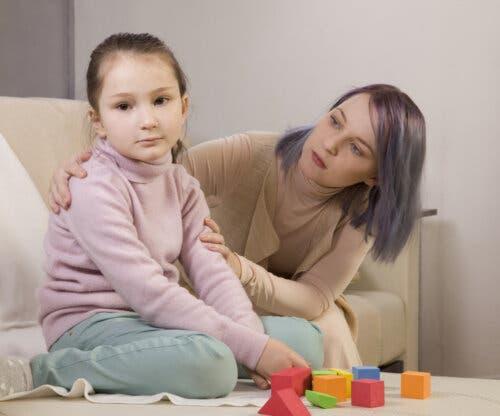 Une enfant autiste avec sa mère sur un programme d'intervention éducative