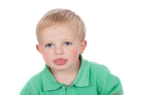 Un enfant qui tire la langue