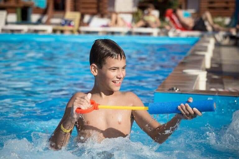 Un enfant jouant dans l'eau.