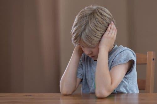 Un enfant hypersensible qui se bouche les oreilles